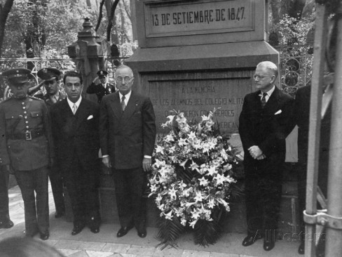 president-harry-s-truman-and-mexican-ambassador-walter-thurston-visiting-chapultepec-monument